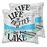 VINISATH Set de 2 Funda de Cojín 45x45cm Decoración de cabaña La Vida es Mejor en el Lago Muelle de Madera Plantas Montañas al Aire Libre Bosquejo Fundas de Almohada para Sofá Cama Coche Hogar
