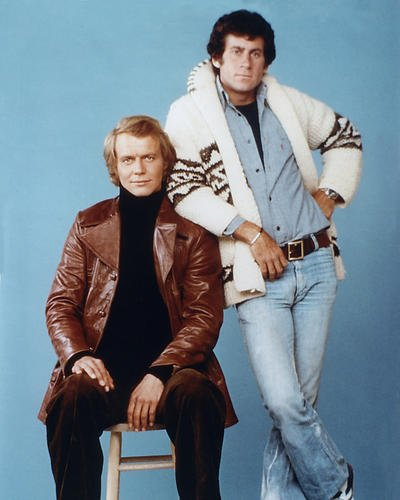 Nostalgia Store Starsky and Hutch Paul Michael Glaser in klassischer Strickjacke David Soul sitzend in Lederjacke 35,6 x 28,9 cm Werbefoto