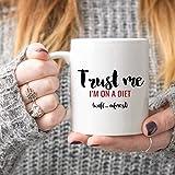 Trust Me I'm on a Diet - Taza de café con texto 'Trust Me I'm on a Diet', regalo para dieta