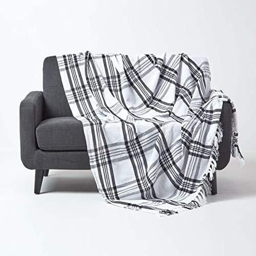 Homescapes große Tagesdecke mit Tartan-Muster, Sofa-Überwurf 225 x 255 cm mit Fransen, weiche Wohndecke aus 100prozent Baumwolle, Schottenmuster, schwarz-weiß kariert