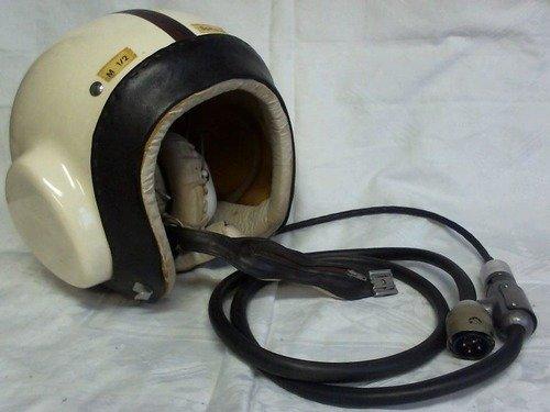 Pilotenhelm der NVA mit integrierten Kopfhörern