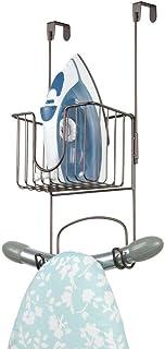 mDesign Soporte sin taladro para tabla de planchar – Útil colgador de puerta para planchador con cesta para plancha de ropa y detergentes – Práctico soporte para plancha en acero inoxidable – bronce