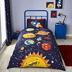 Expressive illustrations of planets on a starry background are ordered in distance to the sun and paired with a fun fact. Finished with a matching star print reverse, this playful design will ignite their imaginations and create a relaxed bedroom spa...