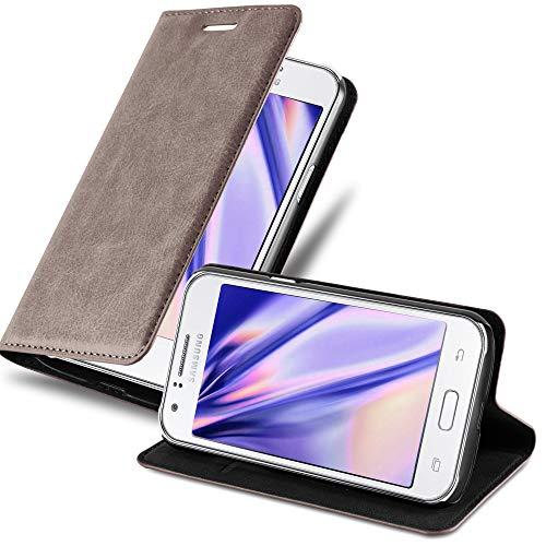 Cadorabo Hülle für Samsung Galaxy J1 2015 (5) - Hülle in Kaffee BRAUN – Handyhülle mit Magnetverschluss, Standfunktion & Kartenfach - Hülle Cover Schutzhülle Etui Tasche Book Klapp Style