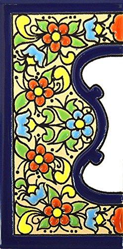 """Schilder mit Zahlen und Nummern auf vielfarbiger Keramikkachel. Handgemalte Kordeltechnik fuer Schilder mit Namen, Adressen und Wegweisern. Persoenlich gestaltbarer Text. Design FLORES MEDIANO 10,9cm x 5,4 cm (RAND """"CENEFA\"""")."""
