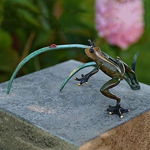 Żaba z brązu na źdźble trawy z biedronką - Żaba Elzo