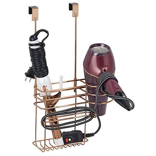 mDesign Soporte para secador de pelo sin taladro – Organizador de baño de metal, ideal para el secador de pelo, la plancha, etc. – Colgador para puerta con 2 cestas y ganchos para cables – dorado rosa