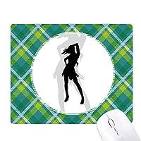 熱い美しい女性がポーズのシルエット 緑の格子のピクセルゴムのマウスパッド