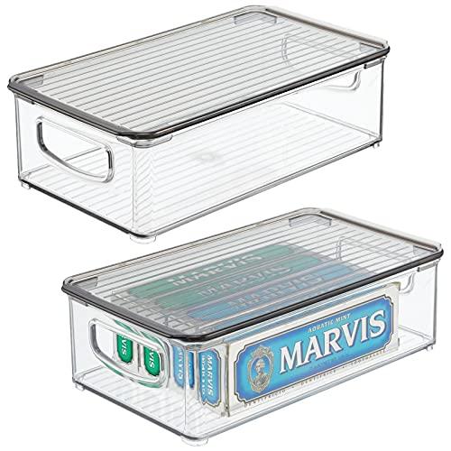 mDesign Caja de plástico con asas integradas y tapa – Práctico organizador de maquillaje – Caja organizadora ideal para guardar cosméticos en el baño – Juego de 2 – transparente y gris humo