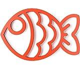 Sottopentola a forma di pesce, colore rosso. Realizzato in silicone, resistente fino a 250 ° C di temperatura. Magnetico per attaccarlo alle superfici metalliche. Dimensioni: 1x12x18,5cm Materiale: silicone