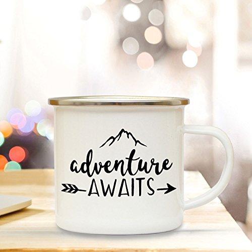ilka parey wandtattoo-welt Emaille Tasse Becher mit Bergen & Spruch Adventure Awaits Kaffeebecher Camping Becher mit Zitat Motto eb40