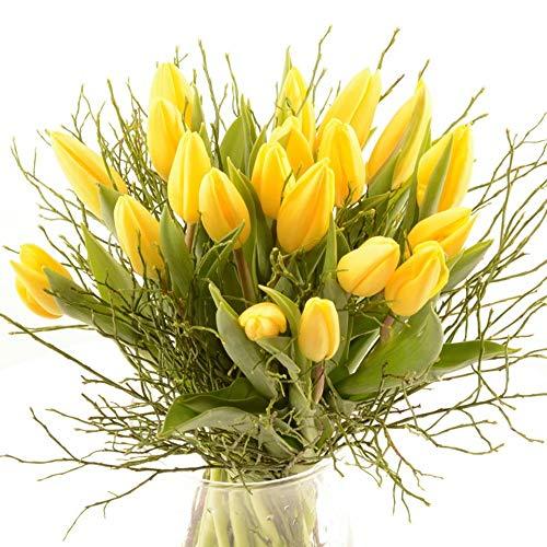 Sonderpreis! Blumenversand im Frühling - Tulpenstrauß - 20 Stück gelbe Tulpen mit frischem Heidelbeergrün aufgebunden - mit Gratis Grußkarte versenden