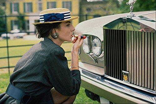 749050 Lady met behulp van Grill of Rolls Royce als spiegel A4 Photo Poster Print 10x8