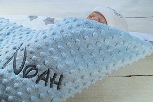Babydecke mit Namen und Datum bestickt MINKY Baumwolle Füllung (75 x 100 cm, Hellblau - Sterne) (900110)