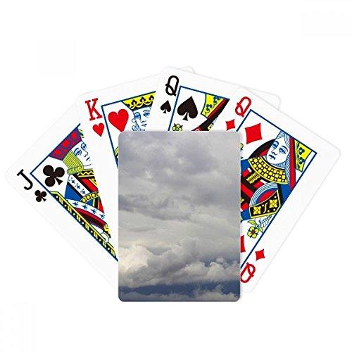 Nubes oscuras nubladas con el clima del viento del poker jugando la tarjeta mágica divertido juego de mesa