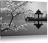 schöner Kirschbaum an japanischem See schwarz/weiß