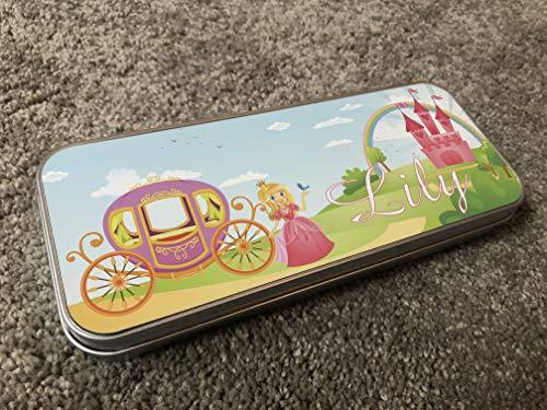 MakeThisMine Estuche para lápices para niños, de estaño, diseño de princesa de cuento de hadas con cualquier nombre impreso para niños, organizador de papelería, caja de metal, regalo perfecto