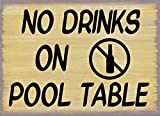 Señal de pared de metal con texto en inglés 'No Drinks On Pool Mes' para bar, bar, tienda de vinos