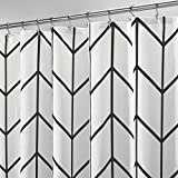 mDesign Duschvorhang – wasserabweisender Spritzschutz mit attraktivem Muster – leicht zu pflegener Badewannenvorhang – schwarz/weiß