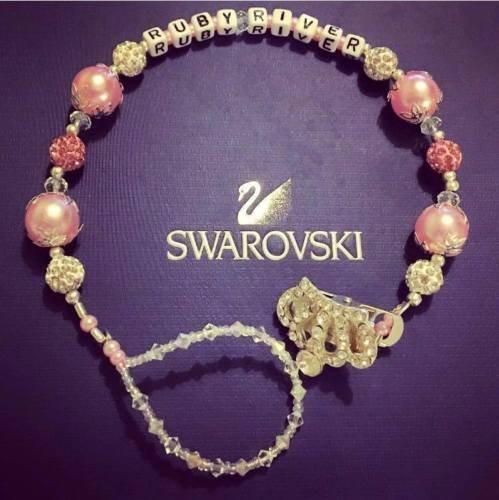 Spilla portaciuccio personalizzabile, con cristalli Swarowski e strass, con corona, con clip, colore: rosa