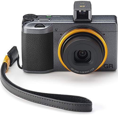 Ricoh GR III Street Edition Special Limited Kit, Gehäuse in Metallic-Grau und mit einem orange-gelben Ring- die Handschlaufe aus Echtleder GS-2 SE und der Sucher GV-2 SE sind im Lieferumfang enthalten