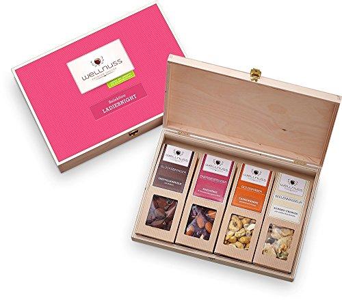"""Geschenk für Frauen: 4 Premium Nuss- und Schokoladen-Snacks in der Geschenkbox aus Birkenholz mit der Schmuckverpackung """"Ladiesnight"""" (4 Snacks in der Birkenholzbox) für die Frau, Mutter, Schwester oder Freundin von wellnuss"""