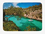 Nature Alfombra de baño, yate pequeño flotando en el mar Mallorca España Rocky Hills Forest Trees Vista panorámica, felpa alfombra de decoración de baño con respaldo antideslizante, verde agua azul
