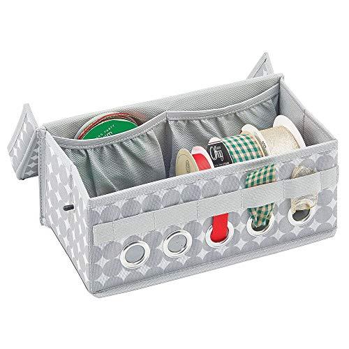 mDesign Aufbewahrungsbox für Geschenkbänder – Sortierbox mit 2 Innentaschen sowie 1 Stange und 5 Öffnungen zum Abrollen der Schleifenbänder – Ordnungsbox mit Griffen und Deckel aus Kunstfaser – grau