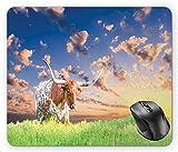 N\A Fotografía de Cuernos Largos de Vaca en Pasto al Amanecer con impresión de Paisaje de Cielo Nublado, Alfombrilla de ratón Multicolor