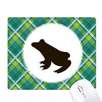 黒いカエルのかわいい動物の描写 緑の格子のピクセルゴムのマウスパッド