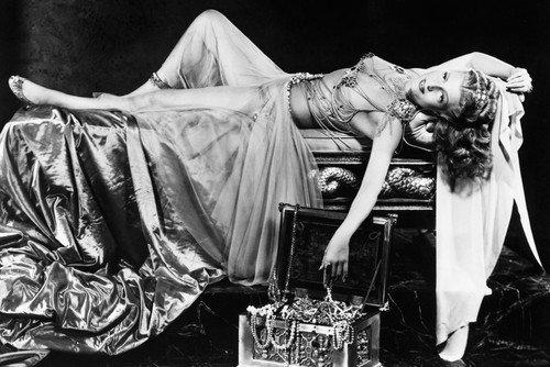 Rita Hayworth in Salome - Disfraz infantil de imagen sexy tumbada en la cama de 24 x 3 cm
