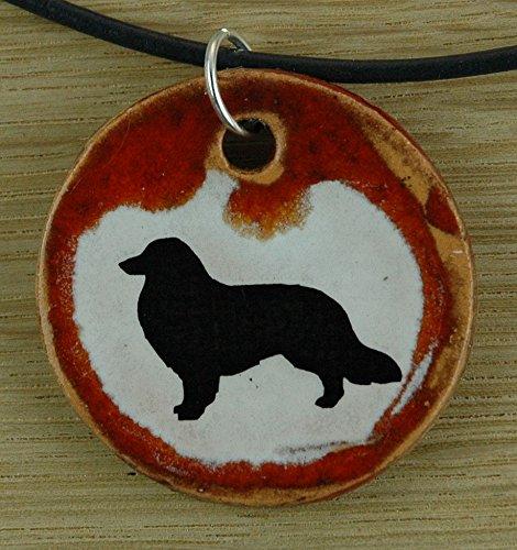 Echtes Kunsthandwerk: Hübscher Keramik Anhänger mit einem Spitz; Hund, Canis lupus familiaris, Mischling, Vierbeiner, bester Freund des Menschen