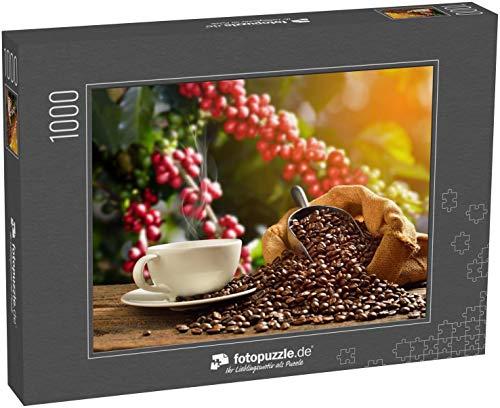 Puzzle 1000 Teile Tasse Kaffee mit Rauch und Kaffeebohnen im Sack auf Kaffeebaumhintergrund - Klassische Puzzle mit edler Motiv-Schachtel, Fotopuzzle-Kollektion 'Getränke'