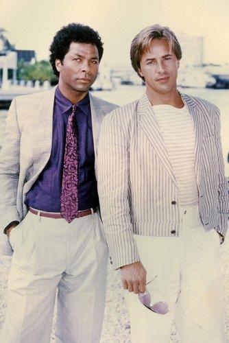 Moviestore Don Johnson als Detective James Crockett unt Philip Michael Thomas als Detective Ricardo Tubbs in Miami Vice 91x60cm Farb-Posterdruck