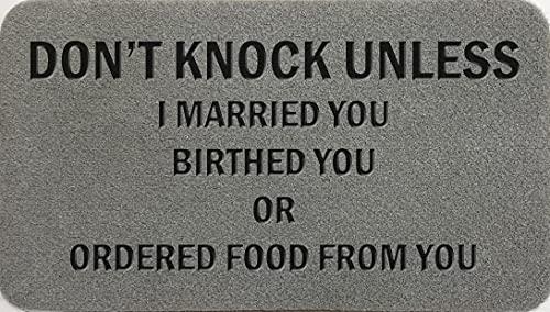 Zerbino sintetico in fibra di cocco grigio chiaro, marrone crema, con scritta in inglese 'Don't Knock Unless I Married You Birthed You Or Ordered Food