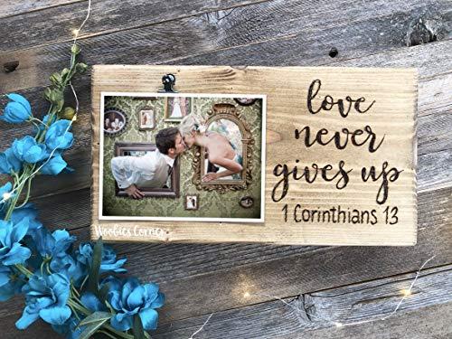 CELYCASY Love Never Give Up Bilderrahmen, Liebeszitat, rustikaler Bilderrahmen, Hochzeits-Bilderrahmen, Lange Distanz zwischen 1 Korinther 13 Rahmen