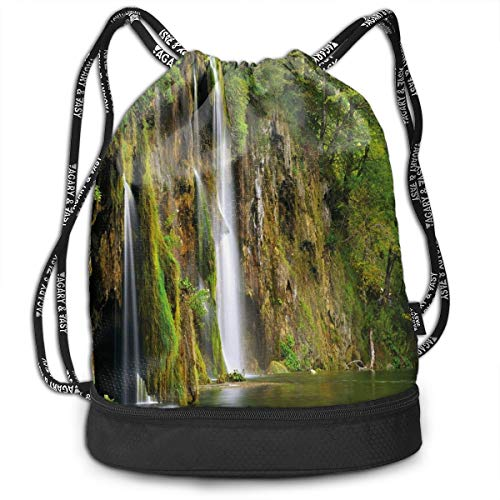 Mochilas con cordón para el día, majestuosa cascada que fluye hacia el río en el parque nacional fresco, cierre de cuerda ajustable