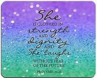 クリスチャンはきらめくマウスパッドの聖書の一節の証明を引用します31:25彼女は強さと尊厳を身に着けており、将来の長方形の滑り止めのゴム製マウスパッドを恐れることなく笑っています