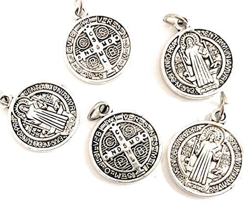 5 medaglie San Benedetto metallo bagno argento è una delle medaglie più antiche della cristianità, e chi la porta crede di avere potere contro il male.