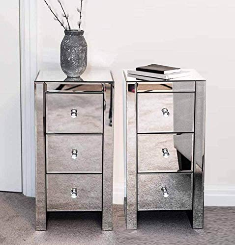 Pair of Mirrored Three Drawer Bedside Tables Lot de 2 tables de chevet avec miroir, tiroirs et poignées en forme de cristal