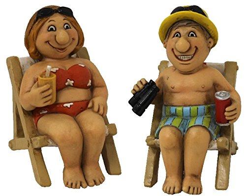 Set Fröhliches Urlauberpaar auf Liegestühlen mit Fernglas und Getränken