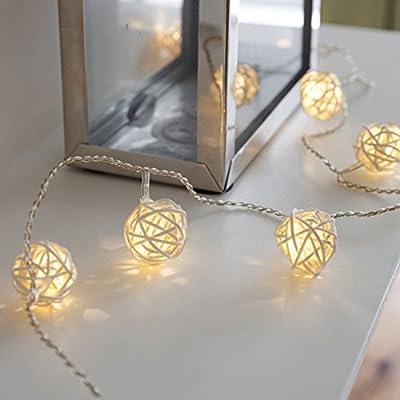 16 LEDs de luz blanca cálida repartidos sobre un cable transparente Requiere 3 pilas tipo AA que no están incluidas Conforme a las normas CE y IP20 para uso en interiores