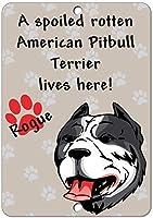ドアの行為役割は味わう甘やかされて腐ったアメリカンピットブルテリア犬がここに住んでいるサイン1576アルミニウムサインノベルティ屋外ヴィンテージブリキシンプレート金属壁ポスタープラーク