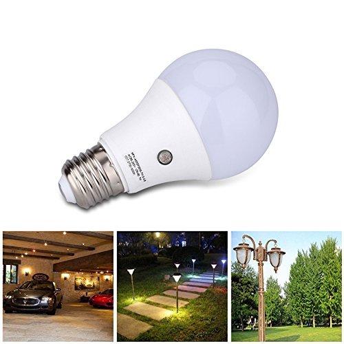 Eleoption Ampoule LED au culot E27 avec capteur crépusculaire intégré Allumage automatique Pour intérieur/extérieur 7W 630Lumens Blanc chaud 3000 K