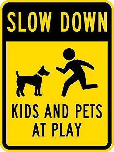 Ditooms Metal Sign Slow Down Kinderen en Huisdieren bij Spelen met Graphic 18x12 Zwart Op Geel