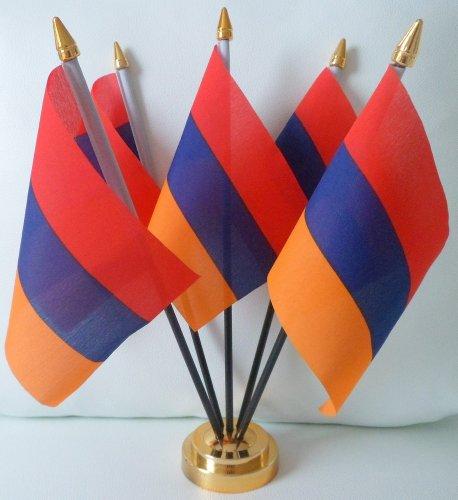 Présentoir de table avec 5 drapeaux de l'Arménie avec base dorée