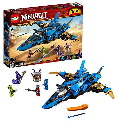 Include 4 minifigure LEGO NINJAGO: Jay, Nya, Pythor e Lasha Il jet da combattimento di Jay è dotato di cabina di pilotaggio per minifigure apribile con compartimento di stivaggio, 2 shooter a molla, ali e lame d'oro apribili Questo giocattolo LEGO NI...