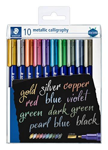 STAEDTLER metallic calligraphy Marker mit Kalligrafie-Spitze, Lininenbreite 2,8 mm, deckend auf hellem und dunklem Papier, leicht abwischbar von glatten Oberflächen, 10 Marker im Etui, 8325 TB10
