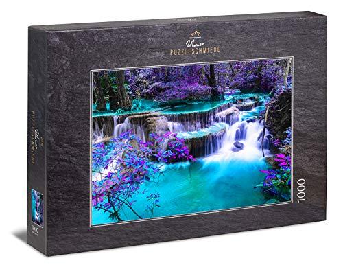 """Ulmer Puzzleschmiede - Puzzle """"Secret Place"""" - Klassisches 1000 Teile Puzzle – Puzzlemotiv eines nächtlichen Wasserfall mit mysthisch leuchtenden Farben an einem verborgenen Ort in Asien"""
