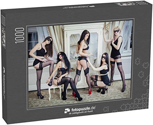 fotopuzzle.de Puzzle 1000 Teile Gruppe von sexy Jungen Frauen in schwarzen Dessous, Strümpfen und Gesichtsmaske im Hotelzimmer